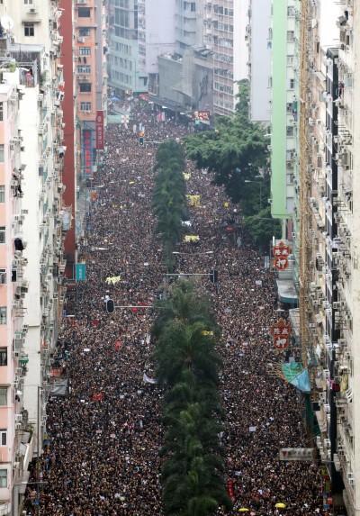 反送中》黑潮淹沒香港島! 群眾已滿出原遊行路線