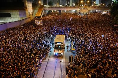 反送中》文明香港震撼全球 救護車如拉鍊「分黑海」(影音)