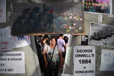 反送中》街頭張貼示威衝突影像 港生盼同溫層外關注