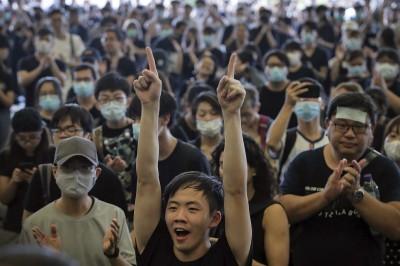 反送中》林鄭月娥踹共!港議員率眾包圍特首辦公室