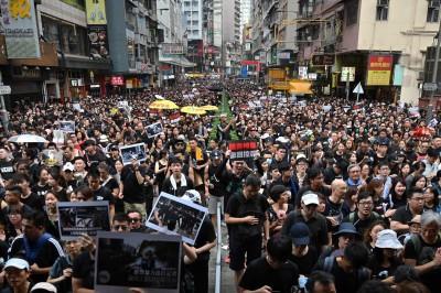 中共害怕了?香港破天荒200萬人上街 北京地鐵嚴查民眾手機