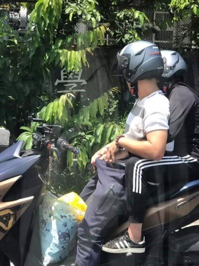 他騎「把妹神車」等紅燈 後座女友貼心幫「打檔」
