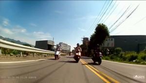 三寶跨雙黃線逆向超車遭擊落 網友:好療癒