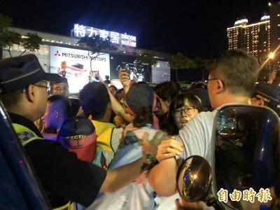 長榮空服罷工》架舞台喬不攏 空服員與警發生推擠