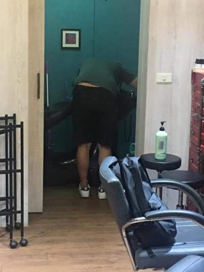 誇張!想洗頭不願花錢 他竟帶洗髮精到美容院自己洗