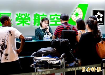 長榮空服罷工》地勤忙助簽轉航班 排隊人龍減少了