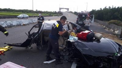 時速130!東石轎車衝撞護欄車體爆裂 1男1女送醫