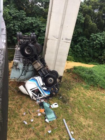 駕駛命大!貨櫃車墜落國1、台66線匝道邊坡 車頭壓毀