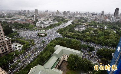 台灣人擠爆凱道怒嗆「紅媒滾出去」 他讓中國看到了!