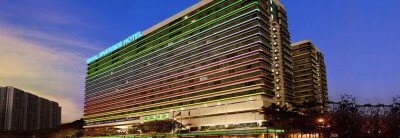 疑不滿香港飯店服務 1台灣旅客站飯店4樓花槽 與警對峙中