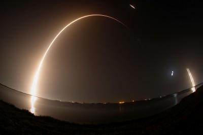圖輯》夜空劃出美麗弧線 獵鷹重火箭送福七上太空