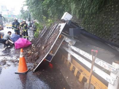 驚!北市公車亭無故倒塌  2女遭壓傷送醫