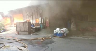 五股鐵皮工廠竄火煙 火勢猛烈延燒百平方公尺