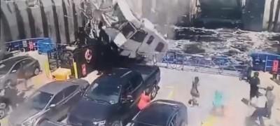 露營車「從天而降」!露營車衝破護欄狠撞渡輪