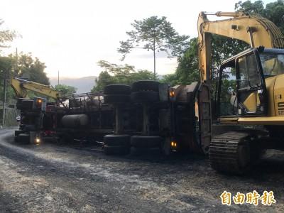 台21線埔里大坪頂路段砂石車翻覆 雙向交通受阻