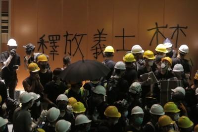 反送中》警方嗆聲清場 佔領會議廳示威者:請回應5大訴求