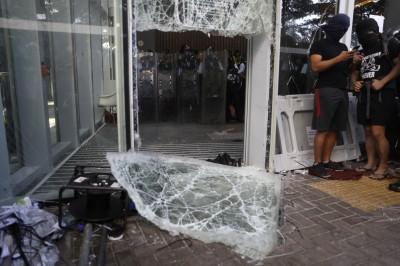反送中》千名警力迅速清場 示威者全數撤離立法會