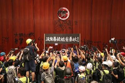 反送中》港民衝破門進立法會 警方:將清場趕「暴徒」
