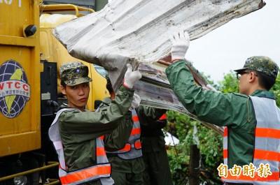屏東龍捲風災國軍冒雨清除雜物  農損達百公頃