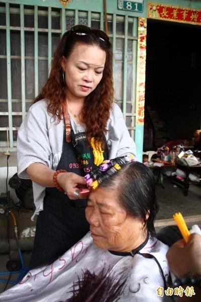 全村阿嬤都是「媽媽」 偏鄉「行動美髮師」到府服務