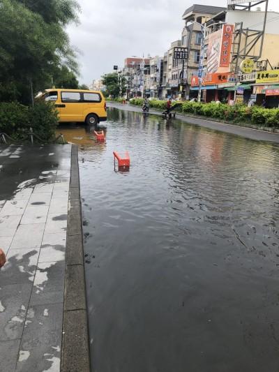 滿潮浪凶猛 東港碼頭、東琉線船運中心遭浪襲大淹水