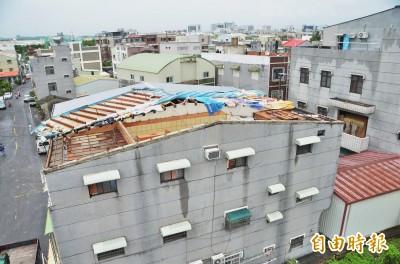 仁德龍捲風吹掀屋頂、逾2400戶停電 氣象中心:強陣風所致