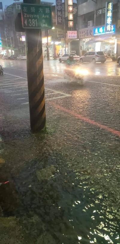 治水破功?高雄大雨市區多處積淹水 道路也現坑洞