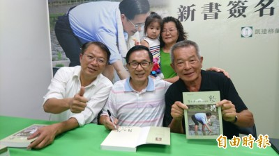 阿扁回故鄉台南簽書會 見老友高興、扁迷買書支持