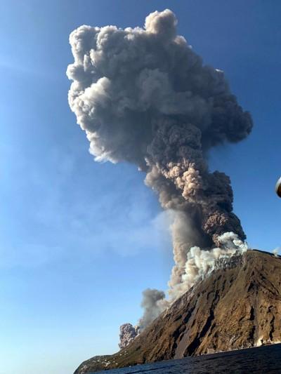 義大利火山噴發2000公尺 1死多傷遊客跳海求生