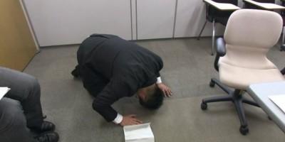 日本市議員亂摸女職員辦公桌 土下座謝罪仍被彈劾