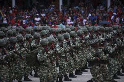 委內瑞拉獨立日馬杜羅主持閱兵 反對派上街抗議