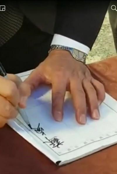 韓粉瘋傳蘇揆在殉職警告別式丟筆 政院:移花接木且擲筆是「家鄉習俗」