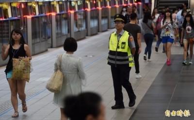 台北捷運驚傳黑衣男持刀? 警調監視器:是摺扇