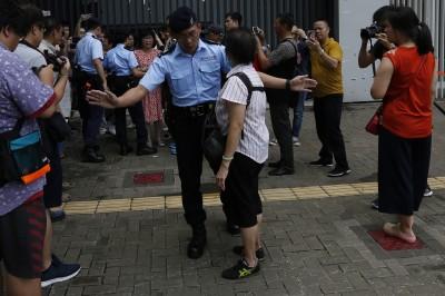 車站戒嚴!九龍反送中 港高鐵停售票、佈水馬陣