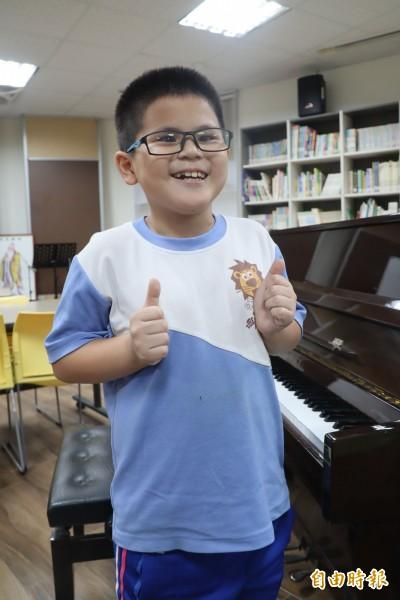 總統教育獎最年幼得主 他9歲、近全盲 勇爬玉山、游日月潭