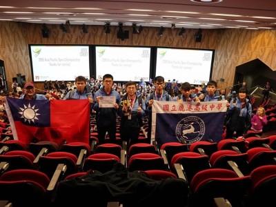 讚!鹿港高中拿下機器人亞太區第一名 帶著國旗上台領獎