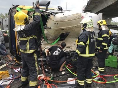 林邊交流道油罐車翻覆 司機1人傷