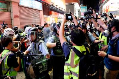 反送中》警方持盾衝撞記者 民主派:等同向傳媒宣戰