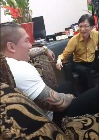 登門道歉!館長與詹江村和解、放炮洗門風變慶祝當朋友