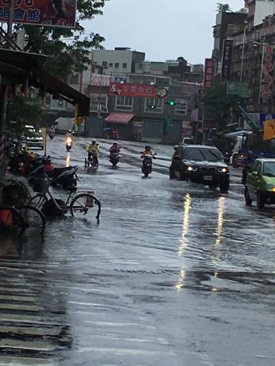 高雄市風強雨大 多處積淹水