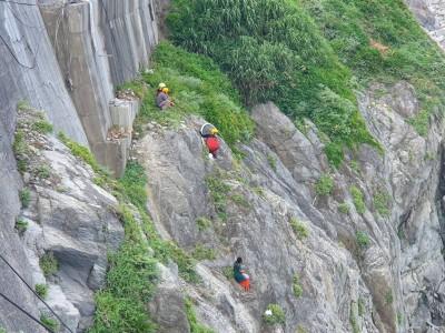 外籍女學生攀懸崖邊僵持 警消烈日陪站整整1天