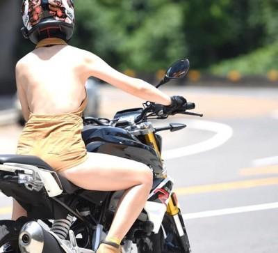 裸背露側乳重機妹現身「歡迎找我合照」