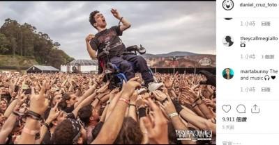 全球瘋傳!腦麻青年看音樂祭 觀眾合抬輪椅暖翻150萬人
