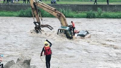 三峽河溪水暴漲 怪手司機受困河中央驚險獲救