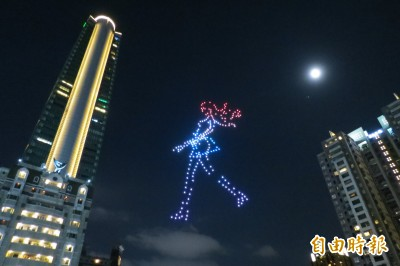 台中購物節好炫 300架無人機升空上演燈光秀