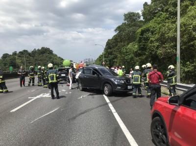 國道3號曳引車撞4小客車 7歲男童送醫不治