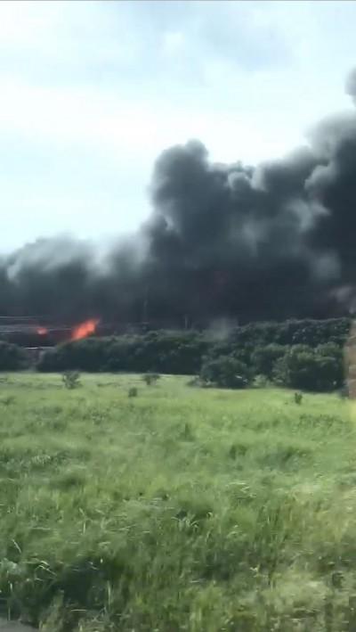 桃園市大園區台61線路段驚傳大火 現場濃煙密布