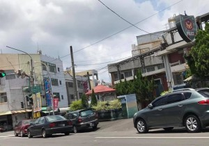 萬丹分駐所大門車輛違規及併排停車 民眾:難怪交通亂