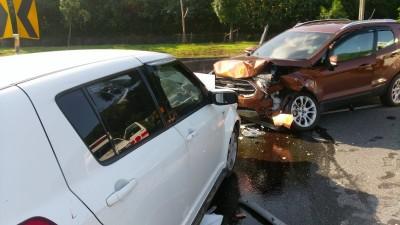 自小客超車不當衝撞對向車 車頭扭曲變形釀9傷