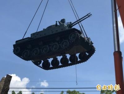 搭M1A2T戰車熱潮! 2退役坦克進駐大里塗城公園成亮點